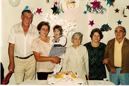 Meu aniversário de 1 ano: avô paterno, avó paterna, eu, bisavó paterna, avó materna e avô materno.